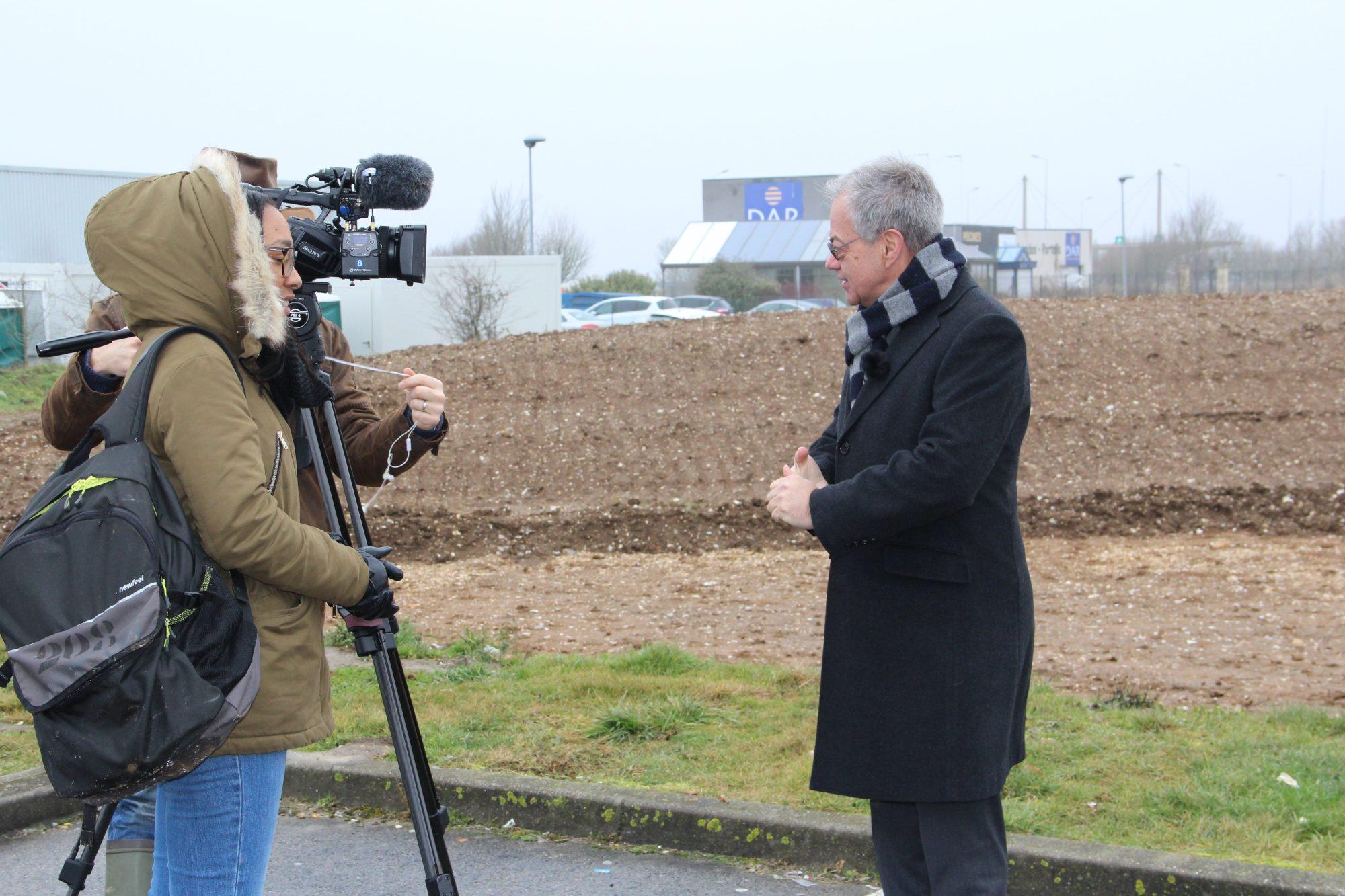 Jean-Jacques Blangy (vice-président Abbeville-Vallée de la Bresle), Thierry Le mauff (responsable agence Abbeville-Vallée de la Bresle) sur le site de Vauchelles 2
